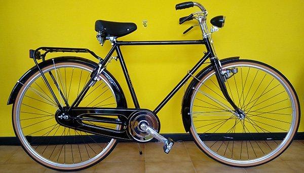 Classica bicicletta di passaggio nera per uomo