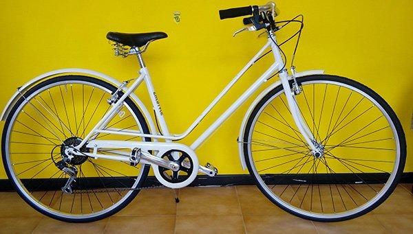 Bicicletta bianca di passeggiata per giovane o donna
