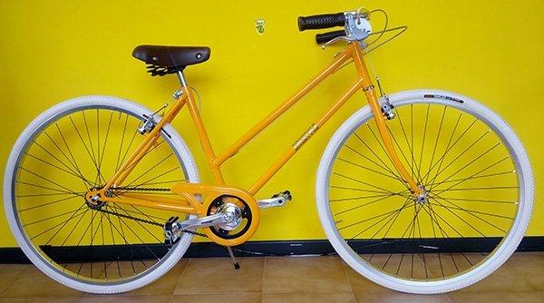 Bicicletta gialla di doppia barra per dona