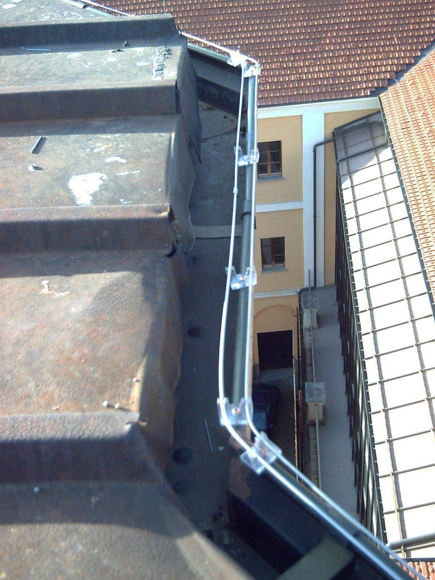 dissuasore elettrico per piccioni e gabbiani installato sul tetto di una abitazione civile