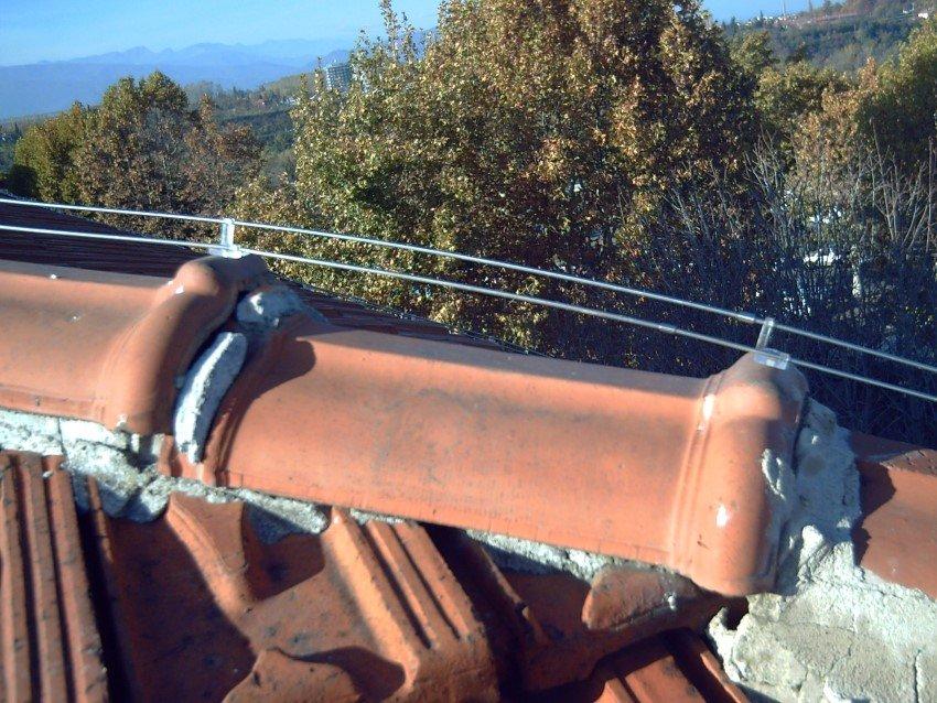 close up dissuasore elettrico per piccioni e gabbiani installato sul tetto di una abitazione civile