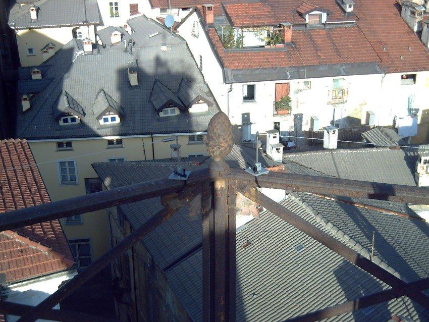 fili ballerini per piccioni su tetto di centro abitativo