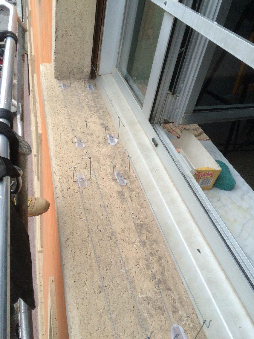 fili ballerini per piccioni su finestra