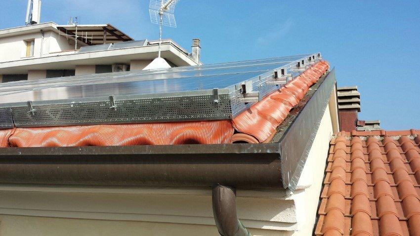 protezione pannelli solari da piccioni e volatili su tetto