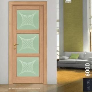 Porta in legno chiaro e vetro