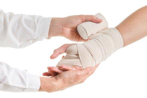 medico che fascia braccio paziente