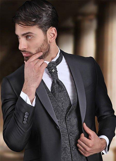 un uomo con un abito di color nero e un gilet di color bianco e nero