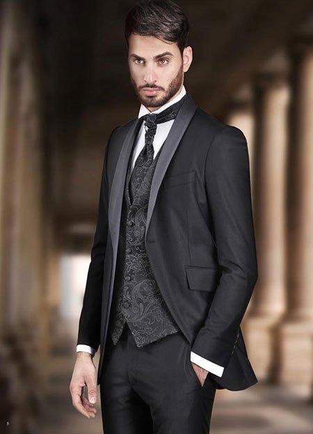 un uomo con un abito di color nero