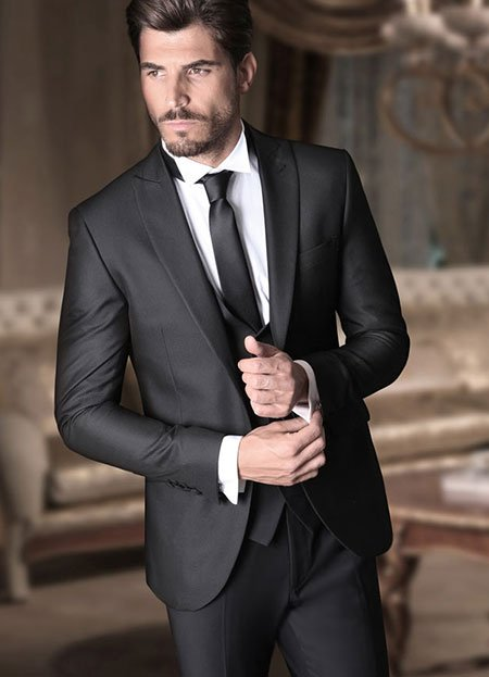 un uomo con un completo di color nero
