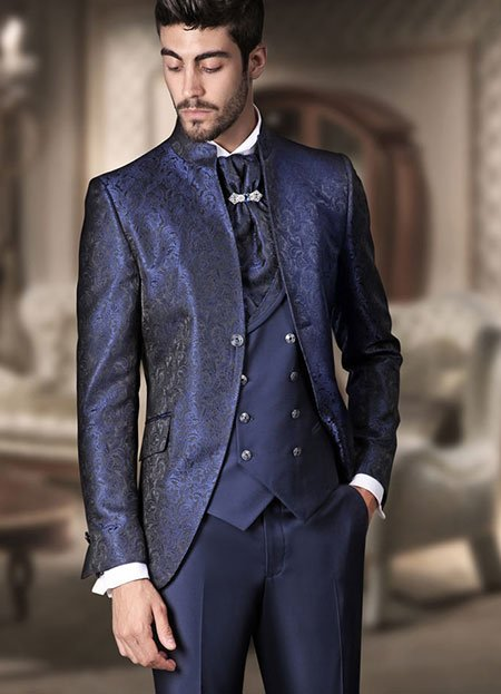 un uomo con un completo di color blu