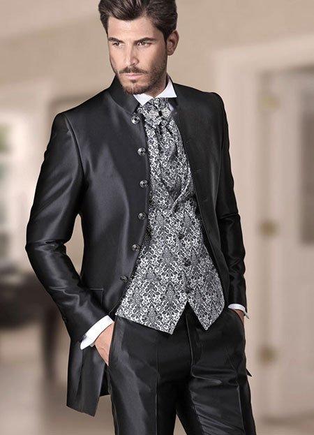 un uomo con una camicia bianca e una giacca di color nero