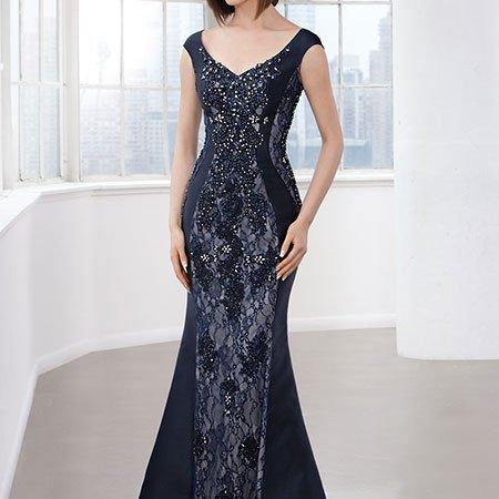 una donna con un abito di color nero con i ricami