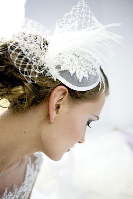 una donna con un abito di sposa e un accessorio sul fronte