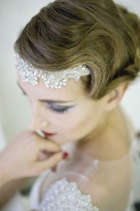 una donna con un velo sulla testa