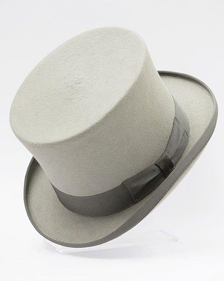 una cravatta di color grigio