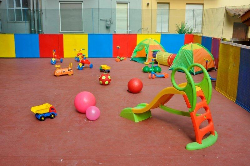 scivolo e palle colorate