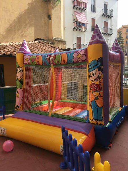 uno gioco di gomma a forma di castello con una rete e le immagini di  Minnie e Topolino
