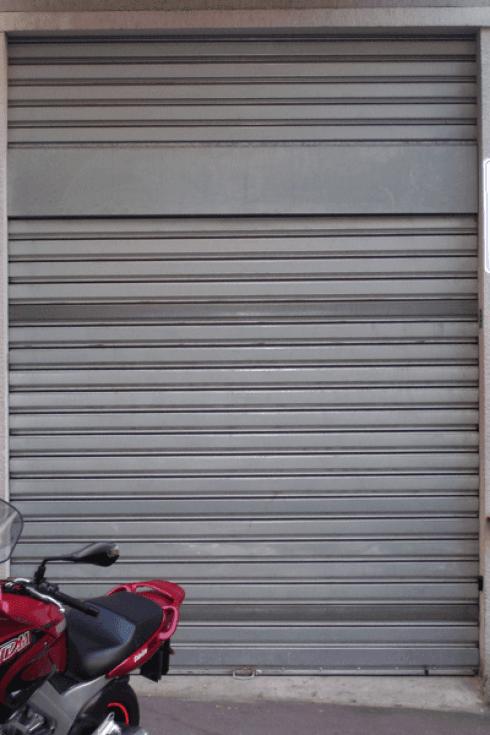 Una porta garage con serrande avvolgibili in metallo