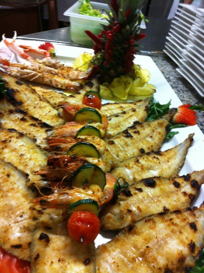 piatto di pesce fritto con verdure