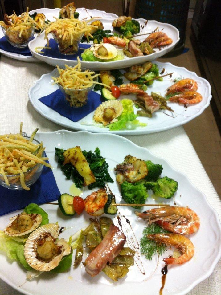 piatti di pesce fritti con patatine fritte e verdure