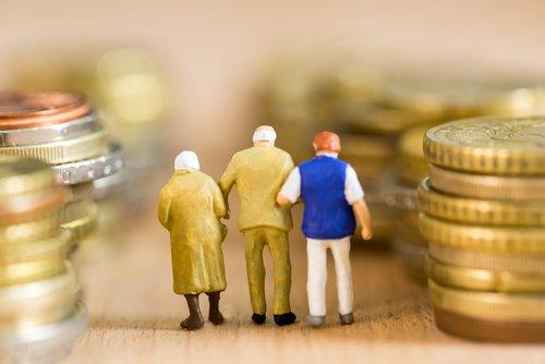 3 persone di spalle in miniatura tra delle colonnine formate da monete