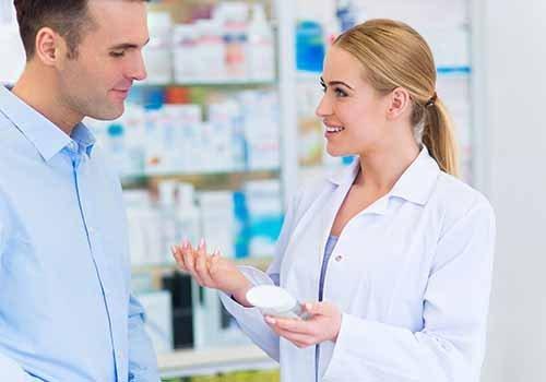 farmacista con un cliente