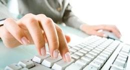 mani che digitano su di una tastiera