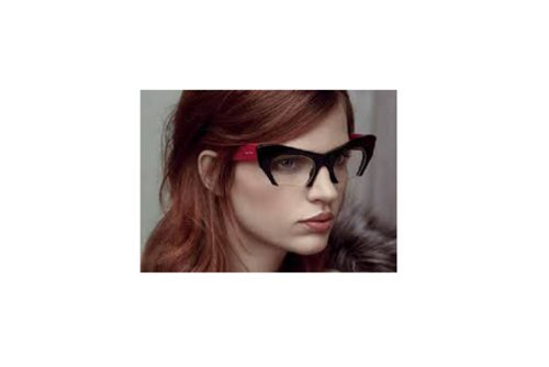 donna con occhiali rossi e neri