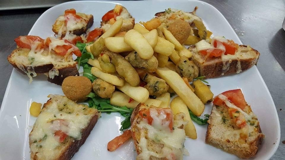 crostini e verdura fritta