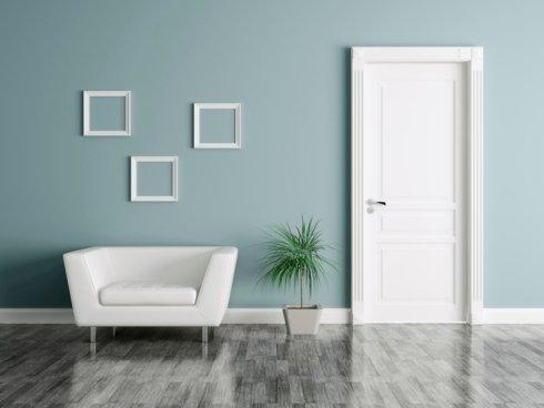 un divano bianco e una porta bianca