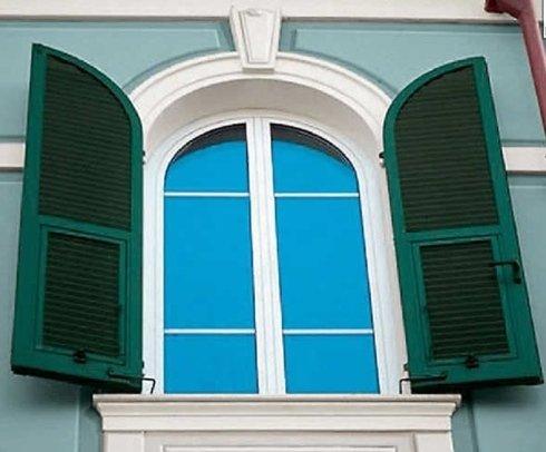 finestra arco con scuri.jpg