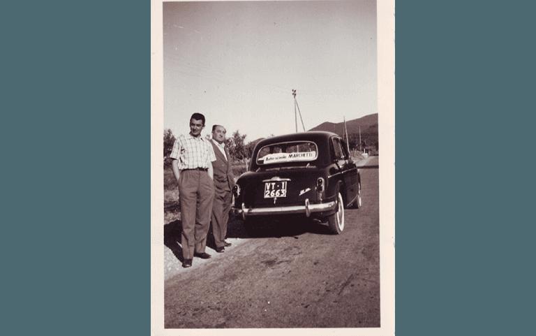 Foto storica due uomini a lato di un'auto
