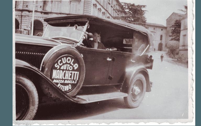 Foto storica Auto con pubblicità Autoscuola Marchetti