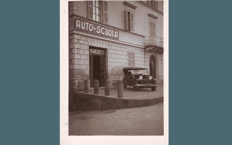 Entrata agenzia Autoscuola Marchetti con auto storica