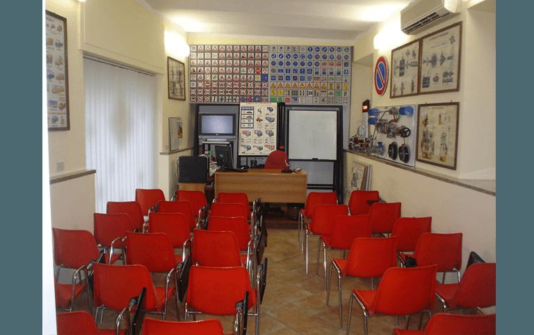 sala con sedie rosse