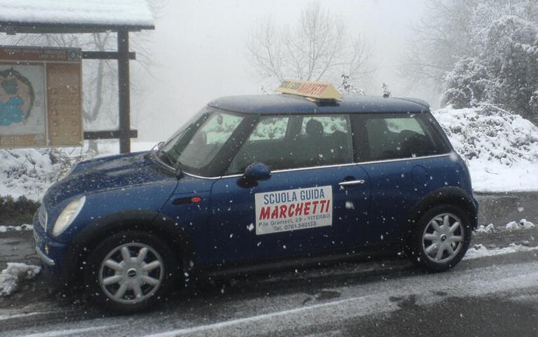 Vettura con pubblicità Autoscuola Marchetti