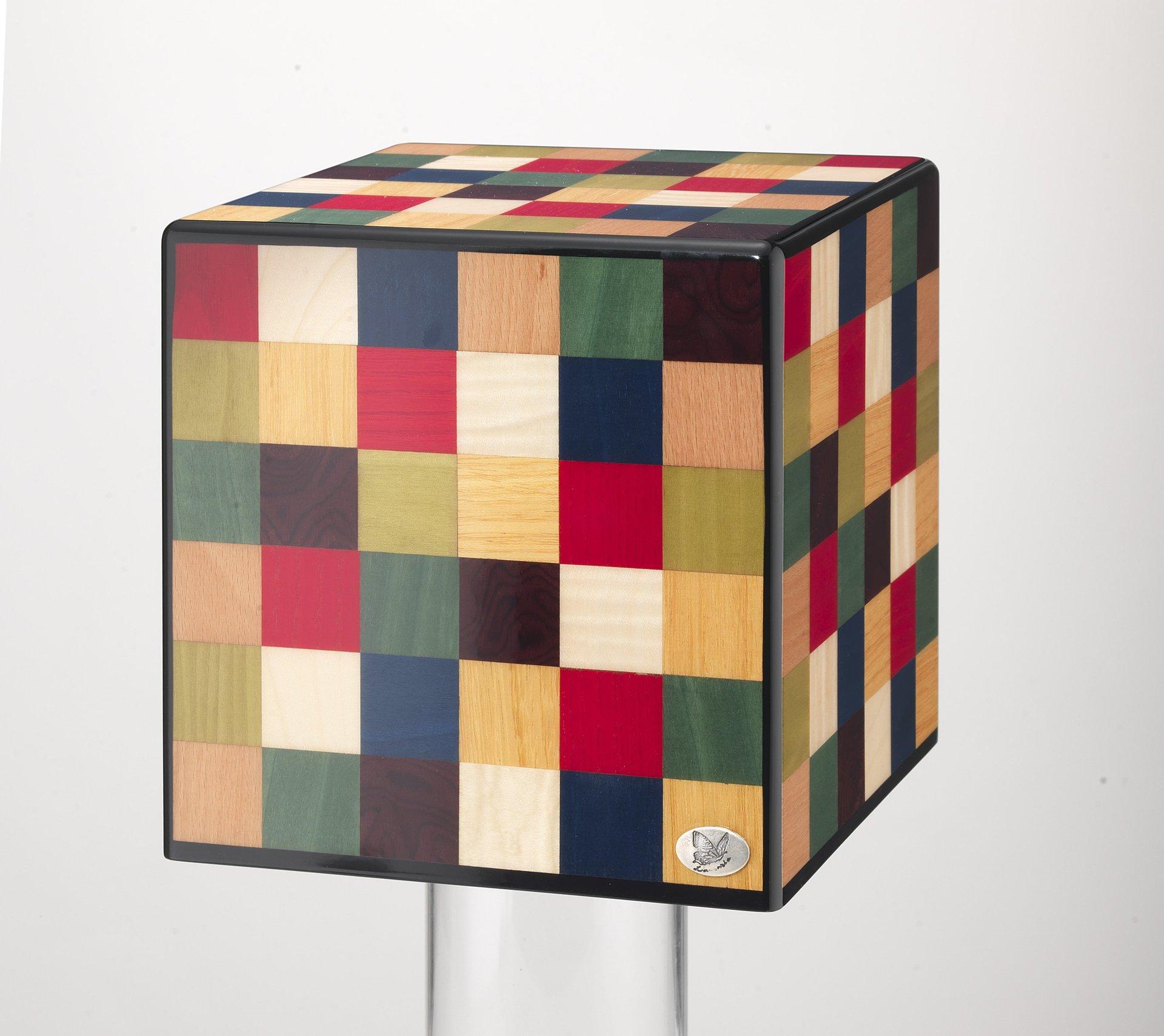 urna con disegno cubico