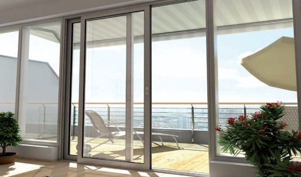 grande finestra scorrevole con vista sul mare