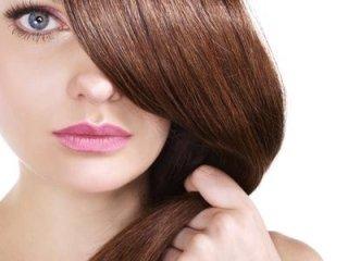 una donna con capelli di color castano scuro