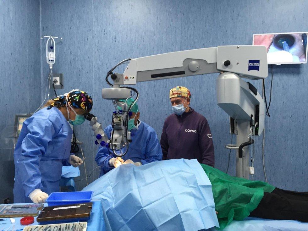 Equipe operatoria per cataratta con anestesista