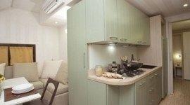 soggiorno con angolo cottura e aria condizionata