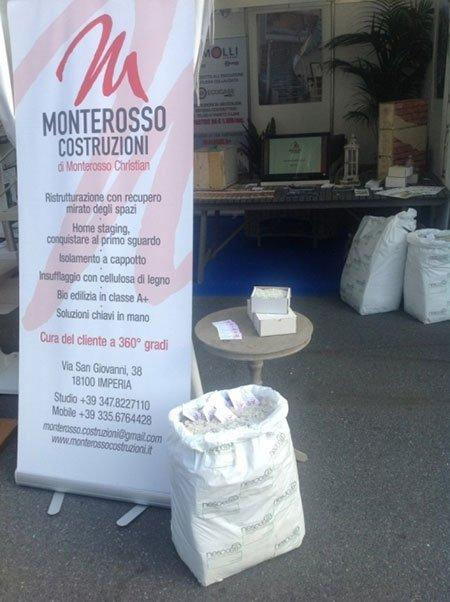 un sacco di cemento e un cartello con scritto Monterosso Costruzioni