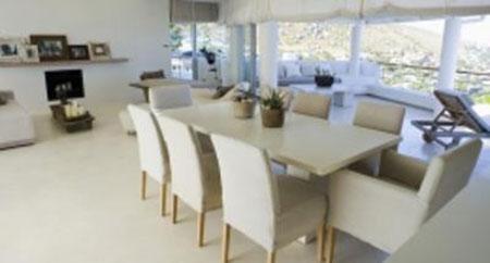 un  tavolo con delle sedie in un appartamento