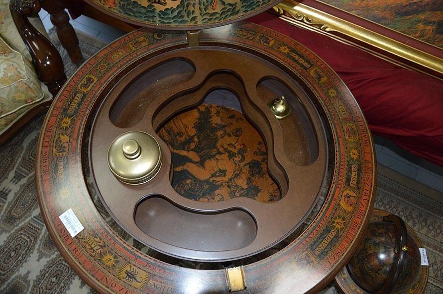 Tavolino a forma di mappamondo usato