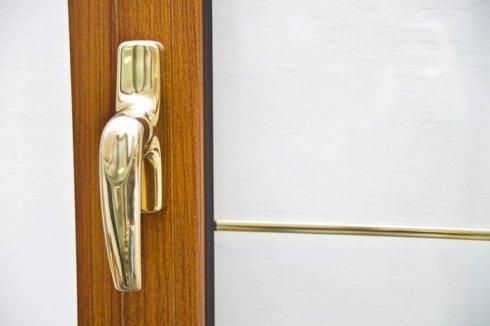 finestra con maniglia dorata, infissi in vari materiali