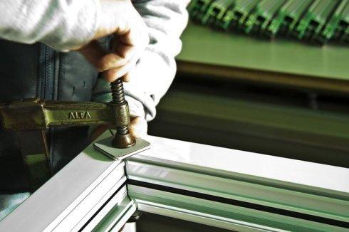 La ditta è rinomata per la realizzazione di finestre in alluminio.