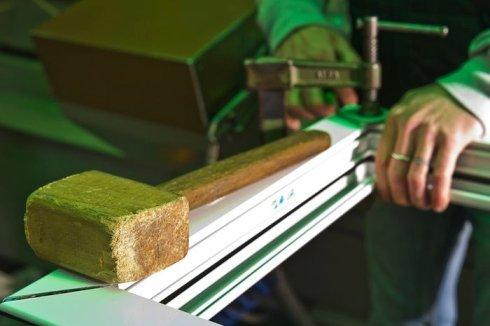 L'azienda realizza finestre in alluminio.