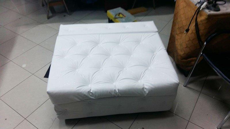 vista di un puff color bianco a forma quadrata