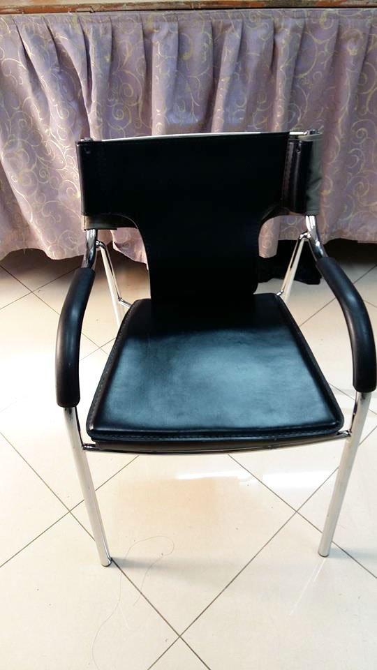 una sedie in pelle nera