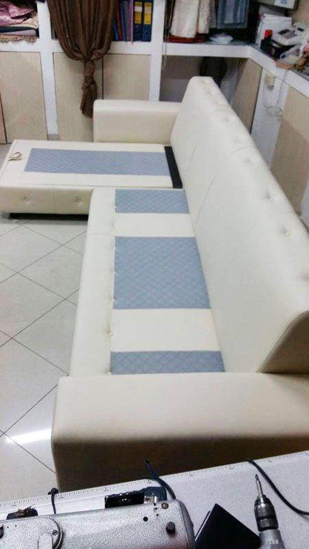 Un divano angolare di color beige e blu messa ed esposizione in un negozio